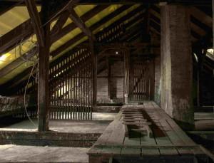 Ein Beispiel für einen Dachboden, der dringend gedämmt werden sollte.