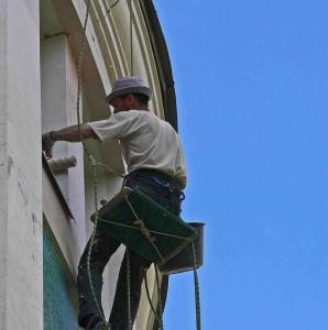 Maller streicht die Fassade.