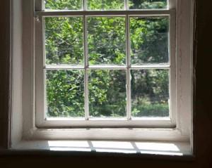 Altes Fenster, an dem sich Schimmel bilden kann.
