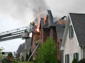 Feuerwehrmänner löschen einen Brand.