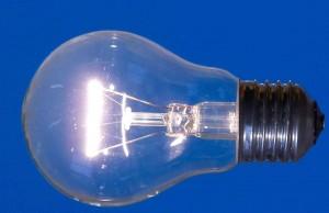 Glühbirne vor blauem Hintergrund.