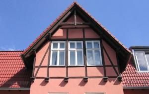Fachwerkhaus mit großer Fensterfront.