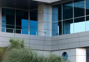 Neubau mit großer Fensterfront.