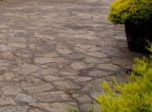 Mit alten Steinen gepflasterter Weg.