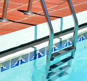 Die Leiter führt in den Pool.
