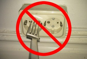 Eine Gabel sollte man nicht in die Steckdose stecken.