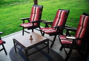 Terrasse mit Gartenmöbeln.