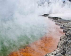 Aus der Erde aufsteigende, geothermische Energie.