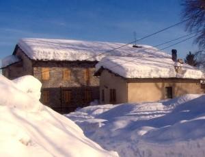 Von viel Schnee bedecktes Haus.