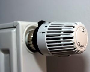 Thermostat an einer Heizung.