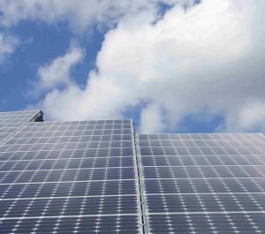Mit eienr Solarthermieanlage lässt sich Strom und Heizwärme erzeugen.