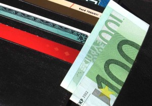 Geldbeutel mit vielen Geldscheinen.