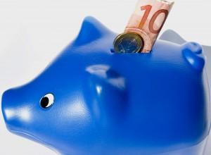 Blaues Sparschwein mit 10-Euro-Schein.