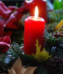Eine rote Adventskerze.