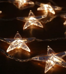 Lichterkette mit leuchtenden Sternen.