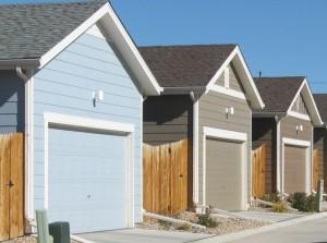 Garagen an einer Straße entlang gebaut.