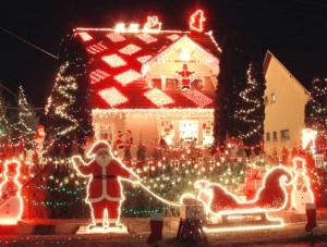 Auffällige Weihnachtsbeleuchtung mit viel Licht und Geblinke.