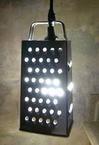 Reibeisenlampe aus einem Küchengerät.