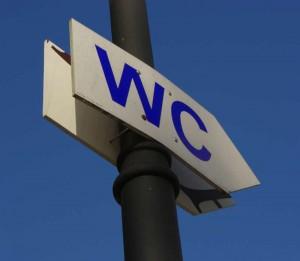 WC-Schilde, das den Weg weist.