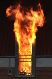 Flammen schlagen aus einem Fenster.