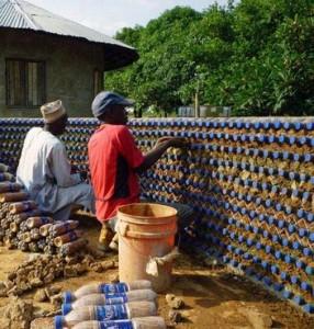 Bau eines Plastikflaschenhauses in Nigeria.