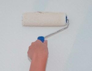 Wand wird mit weißer Farbe gestrichen.