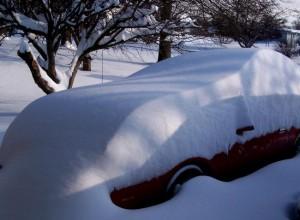 Von Schnee bedecktes Auto.