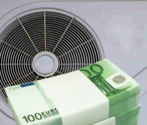 Ein Bündel Geldscheine vor einer Wärmepumpe.