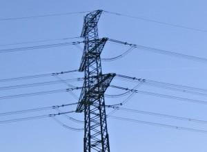 Eine Strommast mit vielen Leitungen.