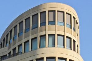 Modernes Haus mit Aluminiumfenstern.