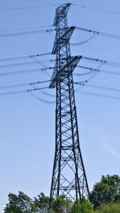 Hoher Mast der die Stromleitungen trägt.