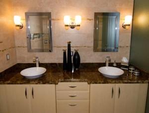 Ein renoviertes Bad mit zwei Waschbecken.