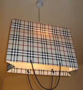 Lampe aus einer Einkaufstüte.