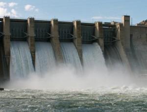 Wasserkraftwerk erzeugt Strom.