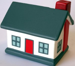 Kleines Modellhaus mit roter Tür.