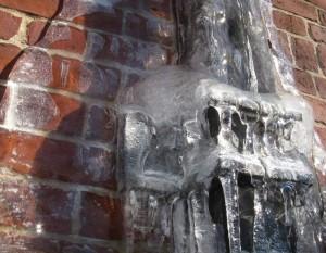 Verstopfte und zugefrorene Fallrohre können zu Problemen mit Feuchtigkeit führen.