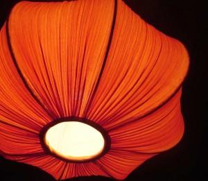 Rote Lampe in der Dunkelheit.