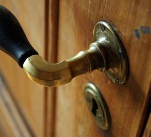 Türklinke an einer alten Tür.