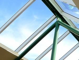 Durch ein Dachfenster kann mehr Licht einfallen, es hellt den Raum auf und lässt ihn größer erscheinen. Ein Raum, der vorher düster und eng war, erweckt einen ganz neuen Eindruck.