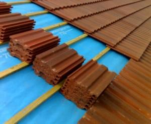Ein Dach wird mit Dachziegelngedeckt.