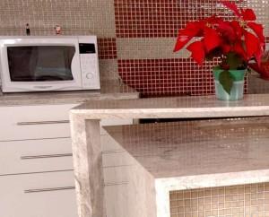 Küche mit Arbeitsplatte aus Marmor.