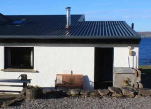 Kleines Haus mit Metalldach.