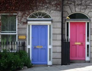 Einganstüren in blau uns rosa.