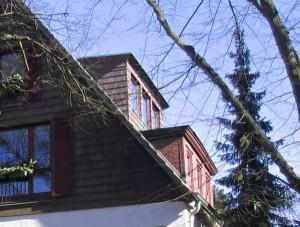 Haus mit Dachgauben.