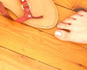 Holzboden mit nacktem Fuß.