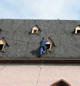 Dachdecker arbeiten auf einem Dach.