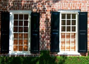 Ziegelsteinfassade mit großen, weißen Fenstern.