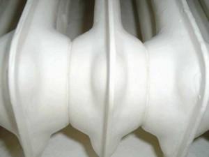 Weiß gestrichener Heizkörper.
