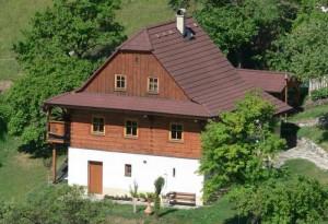 Großes Haus aus Holz in schöner Natur.