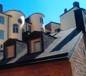 Ein älteres Metalldach auf klassischen Gebäuden.